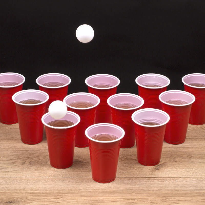 bi re pong jeu d alcool avec 12 gobelets rouges et deux balles sur logeekdesign. Black Bedroom Furniture Sets. Home Design Ideas