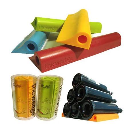 The Wedge permet d'empiler dans un endroit restreint vos bouteilles de vin, de bière ou vos canettes... Design et coloré, The Wedge va vous permettre d'économiser de l'espace : vous pourrez créer des pyramides de boissons, en toute sécurité...