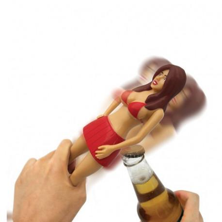 Il n'aura jamais été aussi plaisant de boire une bonne bière… qu'en compagnie de Betsy ! Ouvrez votre boisson préférée à l'aide de cette charmante jeune femme, à l'allure bimbo. En effet, sa mini jupette rouge dissimule un décapsuleur…