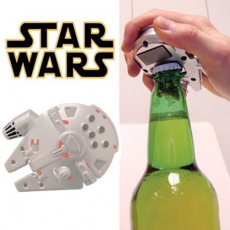 Surprenez vos amis avec cet étonnant décapsuleur Faucon Millenium Star Wars ! Le célèbre vaisseau spatial du contrebandier Han Solo et de son second capitaine Chewbacca revient pour recréer la bataille de l'étoile de la mort… euh, non, plutôt pour ouvrir toutes vos bouteilles ! Et c'est déjà pas mal…