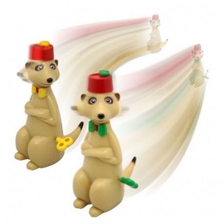 Ce duo de suricates s'affronte dans des courses, à fond la caisse ! Pour cela, il suffit de tourner la petite clé sur leur hanche et de la relâcher. Et attention, chaud devant, les suricates débarquent et roulent à fond les manettes, tout en tournant leur tête sur le côté !