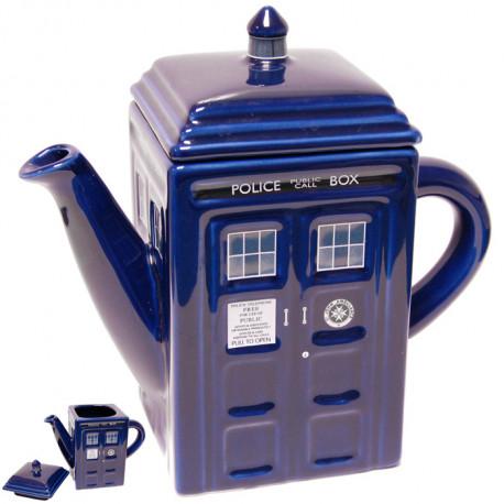 Réplique de la machine à voyager dans le temps Tardis, cette théière en céramique est le cadeau idéal pour tous les amateurs de thé et les fans de la série… Un accessoire so british !