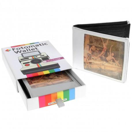 Adoptez ce portefeuille noir et blanc, au doux charme rétro ! Façon polaroid, ce petit portefeuille stylé conservera vos cartes, billets et photos instantanées !