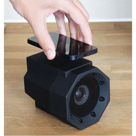 Soyez étonné d'entendre la qualité et la puissance du son retransmis par ce haut-parleur Boombox, à la fois ingénieux et design ! Cet amplificateur audio ne nécessite ni branchement, ni installation : le simple contact le fait fonctionner !