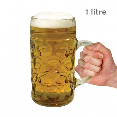 Amateur de bière ? Offrez-vous l'excellence en buvant votre breuvage préféré dans cette chope XXL qui peut contenir 1 litre de bière ! Intégralement en verre, elle fera son (petit) effet !