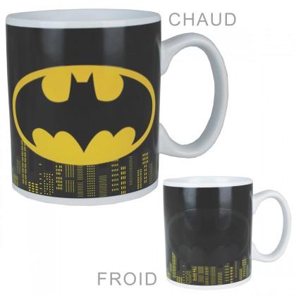 Mug thermoréactif où le logo de Batman apparaît avec une boisson chaude