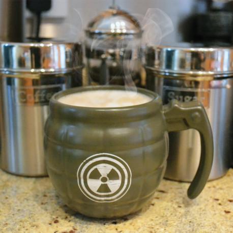 D'humeur explosive ? Faites détonner votre café, avec ce mug en céramique, à l'allure d'une vraie grenade militaire ! Soyez bien armé dès le matin… et rendez votre journée explosive !