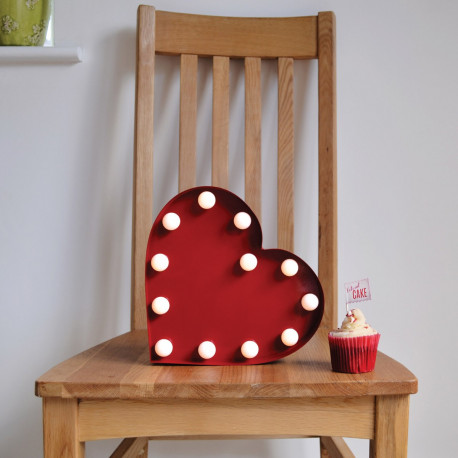Illuminez votre maison avec ce cœur rouge métallique avec boules leds blanches