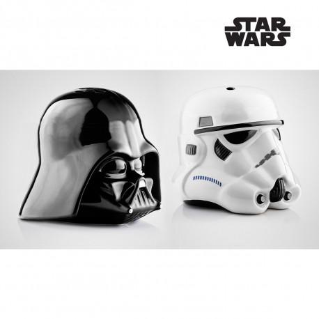 Ajoutez une touche de geekitude à votre table avec ce duo salière/poivrière en céramique sous la forme des grands méchants de la saga Star Wars : Dark Vador et Stormtrooper